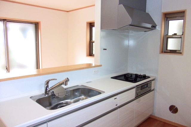 西にキッチンがあると金運が下がる理由と台所に最適な方位を解説